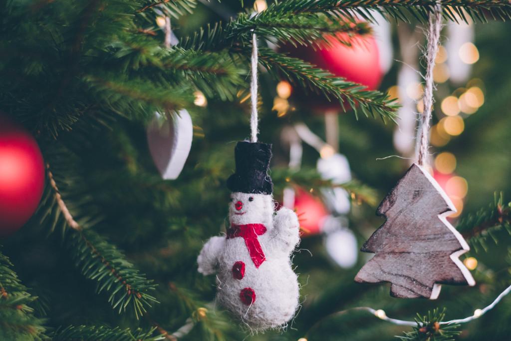 drzewko z dekoracjami świątecznymi